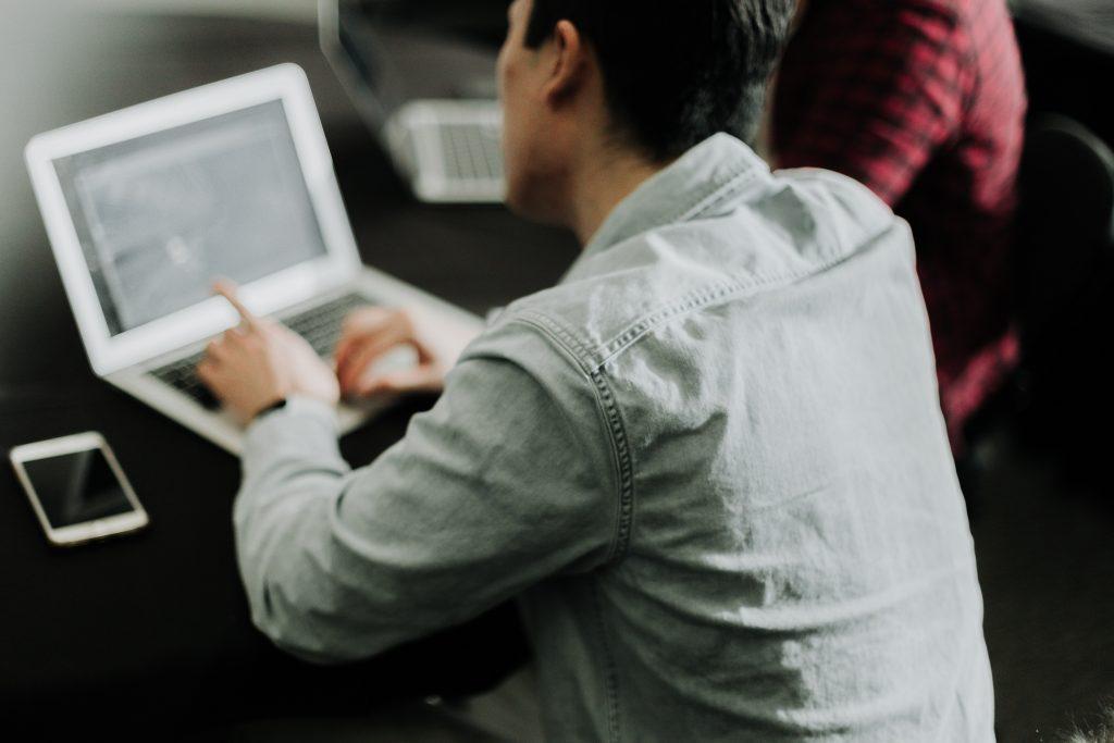specjalista SEO przy laptopie