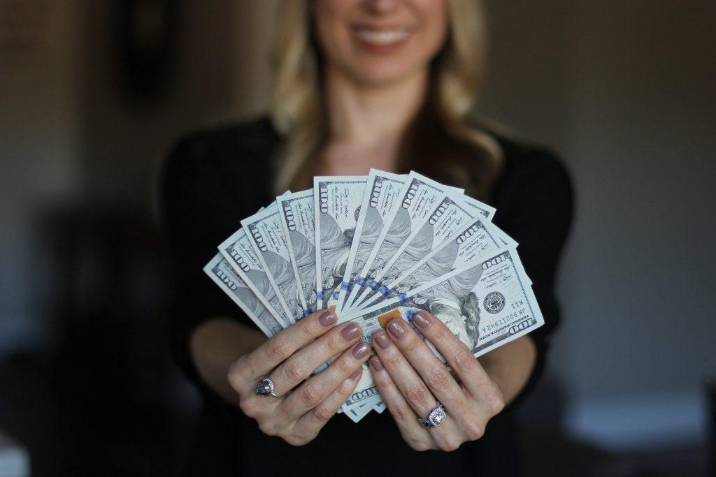 klientka trzymająca pieniądze