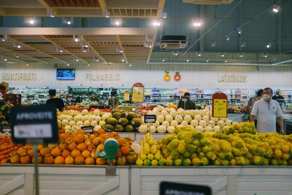 stoisko z owocami w supermarkecie