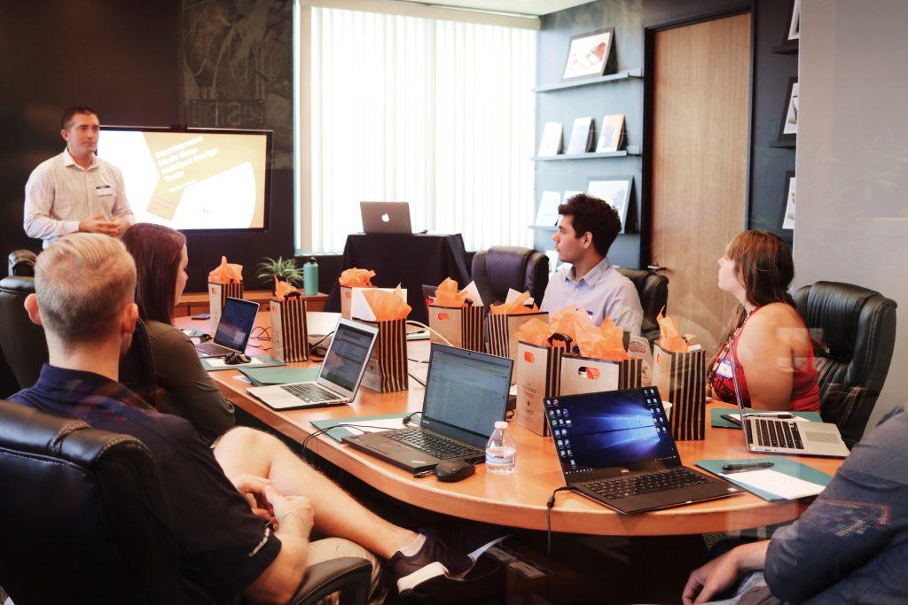 osoby na spotkaniu w biurze
